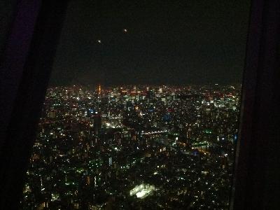 天望デッキからの夜景と東京タワー
